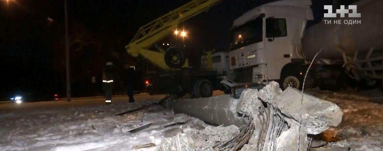 В Киеве бензовоз вылетел с дороги и обесточил жилой район