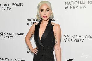 У вечірній сукні та з пір'ям: ефектна Леді Гага відвідала церемонію в Нью-Йорку