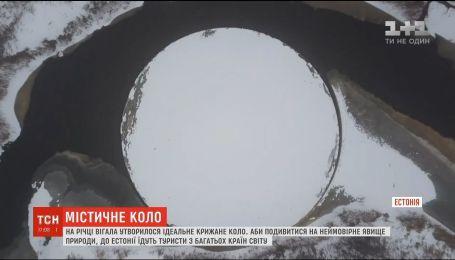 Идеальный ледяной круг образовался на реке Вигала в Эстонии