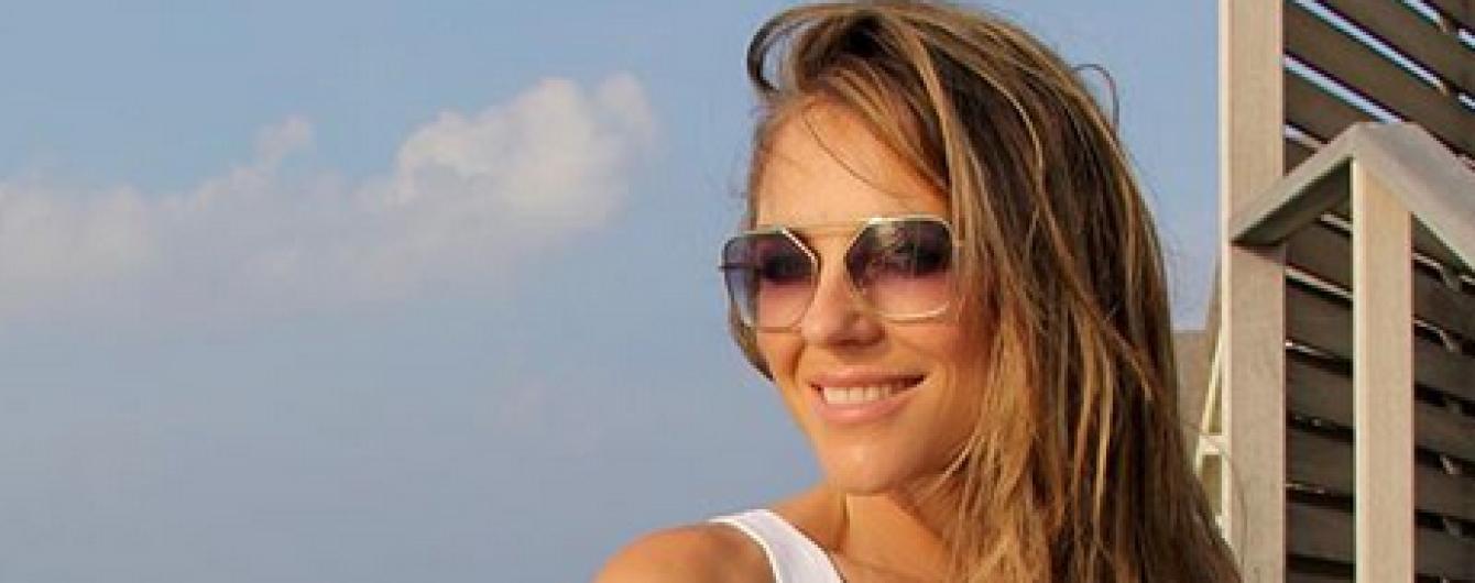 В белом обтягивающем купальнике: Элизабет Херли опубликовала новое фото из отпуска