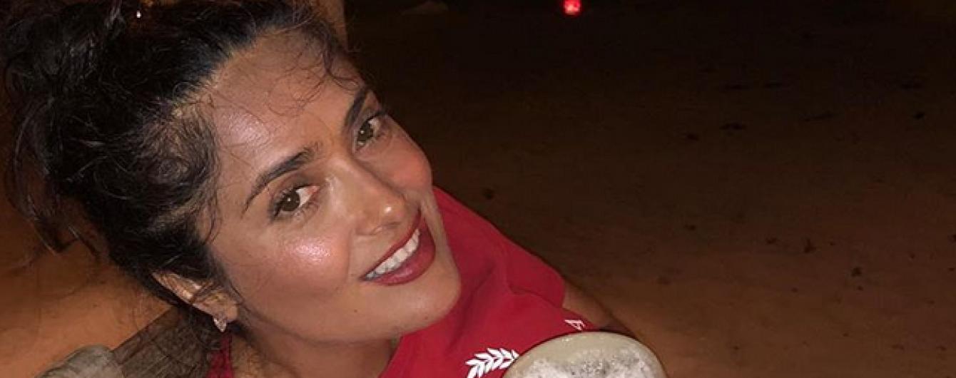 Океан, леопардовый купальник и пиво: Сальма Хайек показала, как проходит ее отпуск