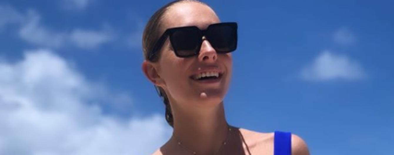 Катя Осадча в купальнику з квітковим принтом пробігла пляжем