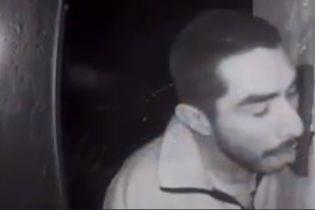 Заядлый лизун. В США мужчина три часа эротично ласкал языком дверной звонок