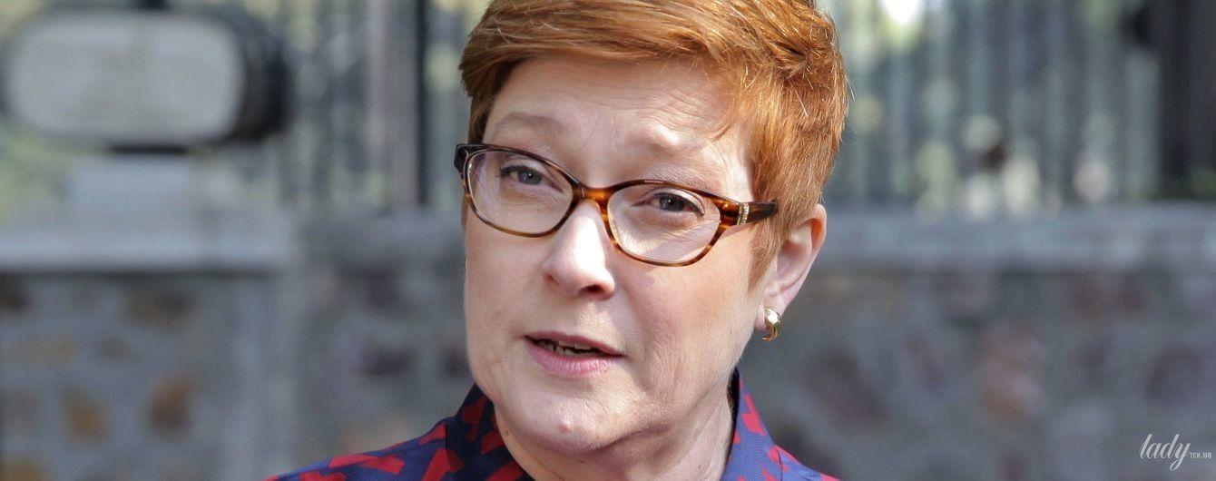 Министр иностранных дел Австралии в пальто с ярким принтом дала интервью журналистам