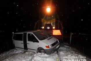 В Черновицкой области микроавтобус столкнулся с локомотивом