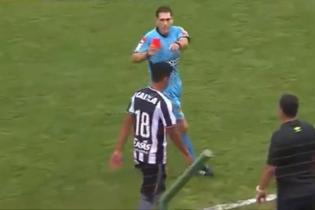 Невероятный финт футболиста привел к зверскому удару по ногам от соперника