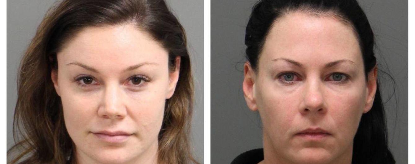 Унижали и трогали в туалете: в США двух подруг обвинили в сексуальном насилии над трансгендером
