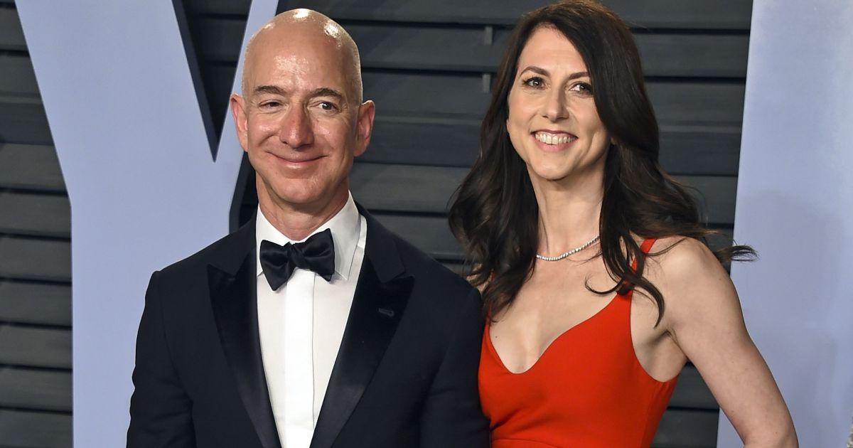 Акции в обмен на космическую фирму: Самый богатый человек мира Безос поделил имущество с экс-женой