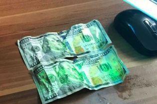 На Закарпатье пойманный на взятке пограничник пытался съесть 200 долларов