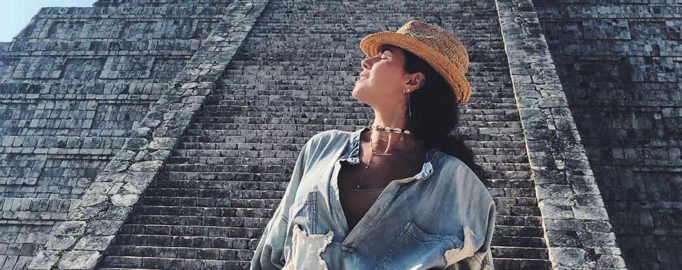 В джинсовом мини-платье и шляпе: Настя Каменских на экскурсии к пирамидам майя