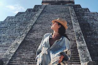 У джинсовiй міні-сукнi і капелюсі: Настя Каменських на екскурсії до пірамід майя