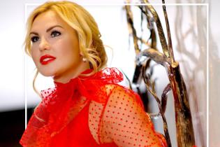 В красной блузке, платье с декольте и деловом костюме: три эффектных образа Камалии