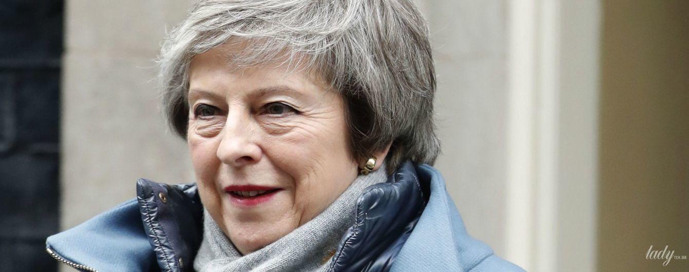 Первый образ в новом году: Тереза Мэй вышла в свет в голубом пальто