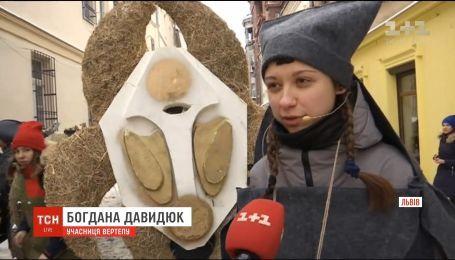 Різдвяний вертеп: на вулицях Львова перехожим розповіли історію народження Христа