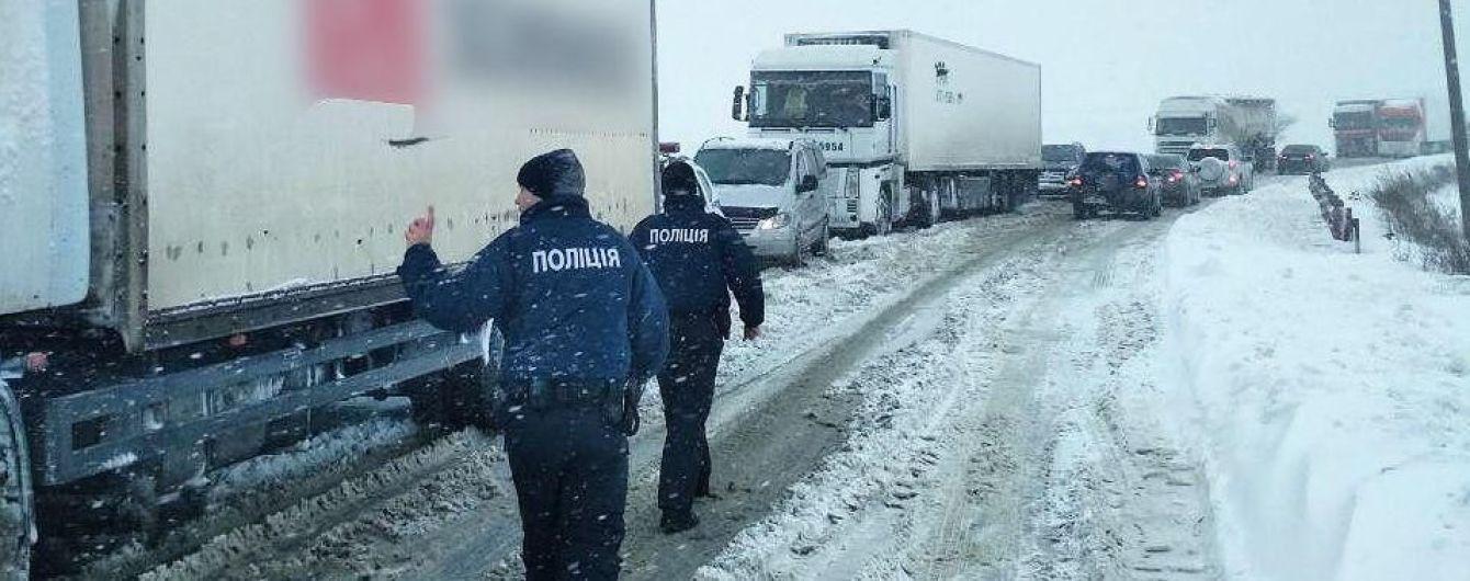 Короткая пауза между снегопадами: в Украине готовятся перекрывать дороги из-за непогоды