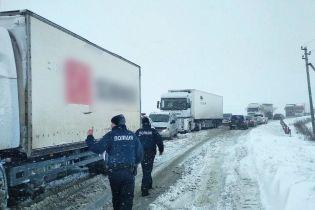 Коротка пауза між снігопадами: в Україні готуються перекривати дороги через негоду