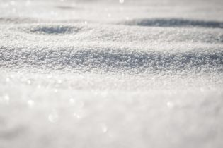 Заработок на снегу: кто готов расчищать сугробы и сколько за это платят