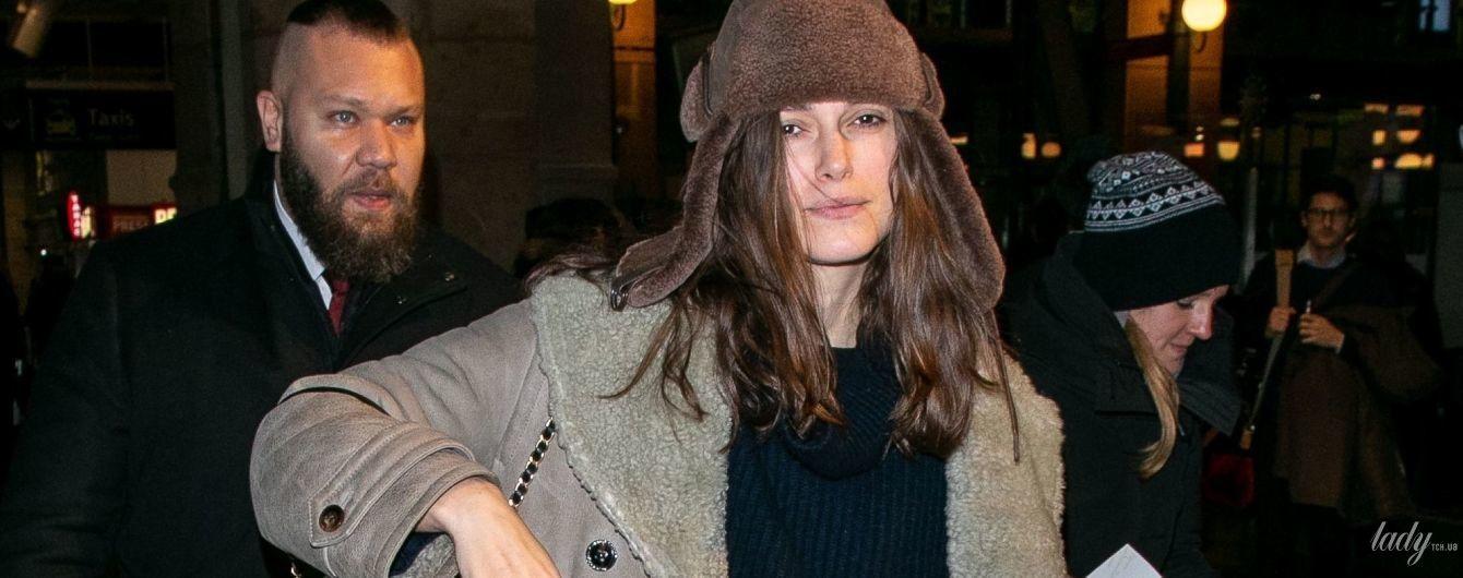 В шапці-вушанці і з сумкою Chanel: Кіра Найтлі в Парижі