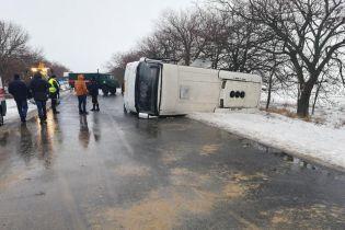 Під Миколаєвом рейсовий автобус із 27 пасажирами перекинувся на дорогу, є постраждалі