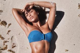 Красуня в Маямі: Санта Дімопулос в бікіні похизувалася сексуальною фігурою