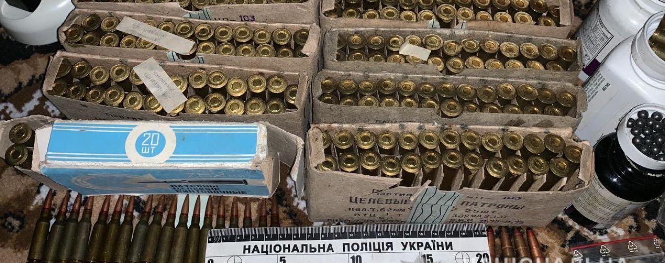 На Вінниччині у 60-річного чоловіка вилучили арсенал зброї і наркотики