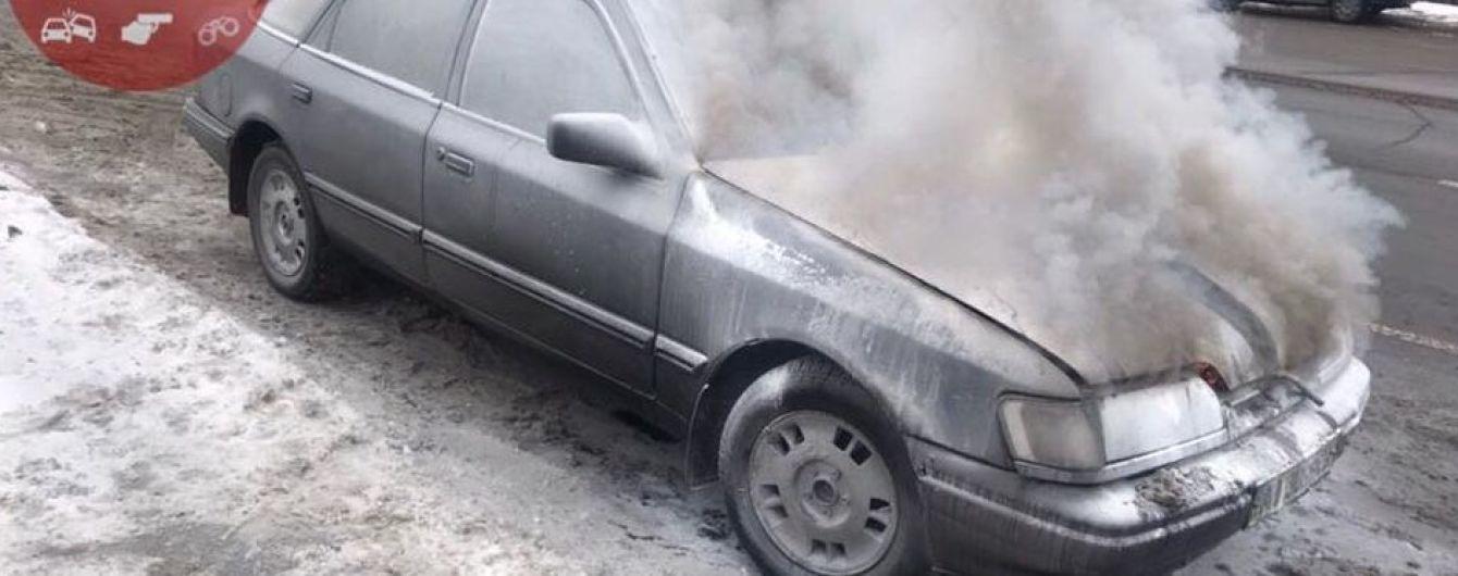 В Киеве загорелась машина, купленная за два часа до инцидента