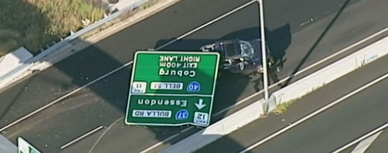 В Австралии на шоссе дорожний знак раздавил внедорожник