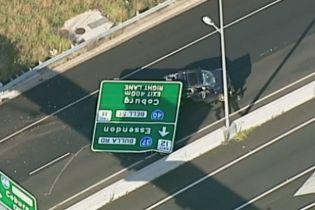 В Австралії на шосе дорожний знак розчавив позашляховик