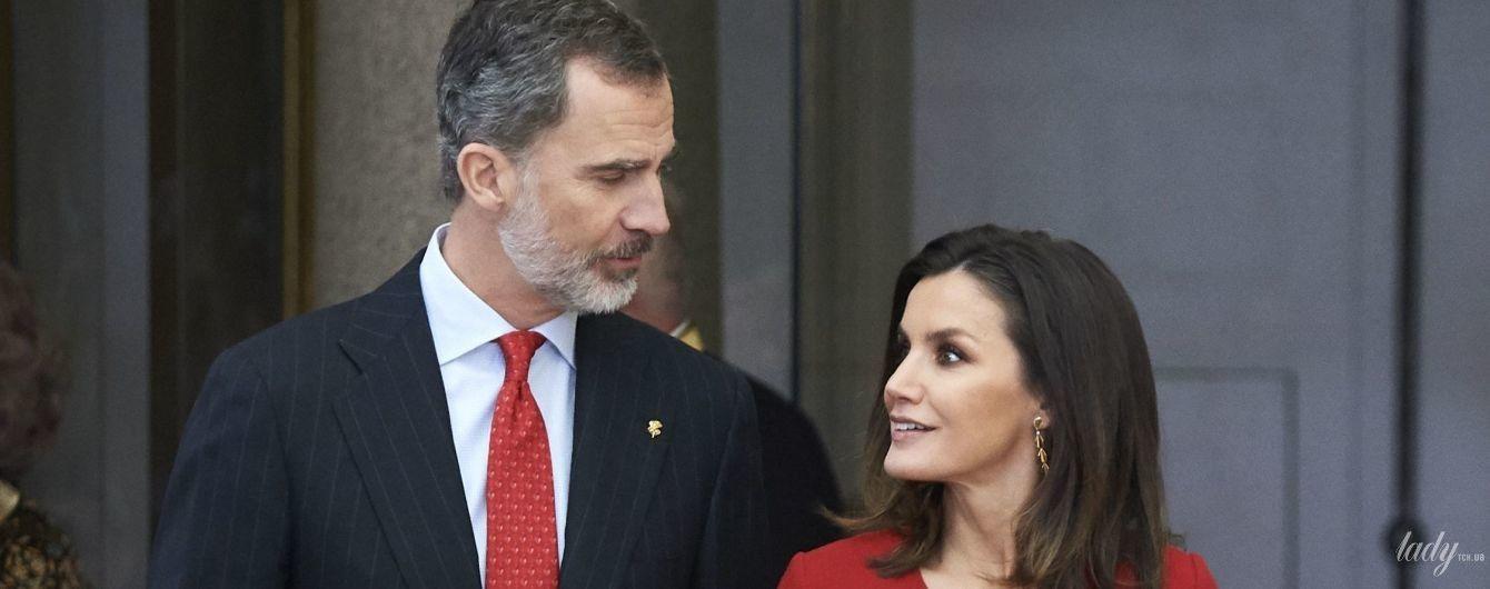 В ефектній червоній сукні: королева Летиція з чоловіком відвідала спортивну церемонію