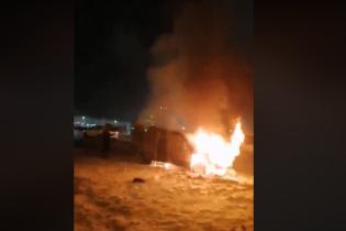 В Киеве охваченный пламенем Citroen снял очевидец возле Кольцевой дороги