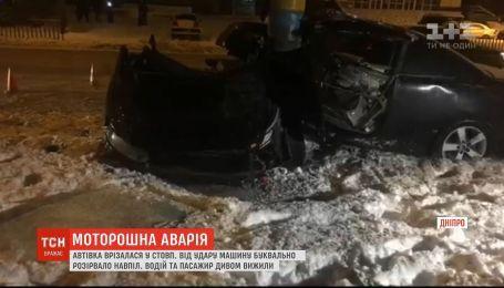 В Днепре во время ДТП автомобиль разорвало пополам