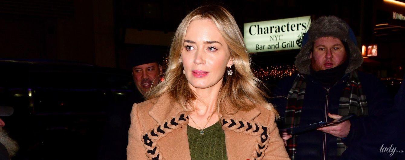 В элегантном пальто и с яркой сумкой: Эмили Блант на спецпоказе фильма в Нью-Йорке