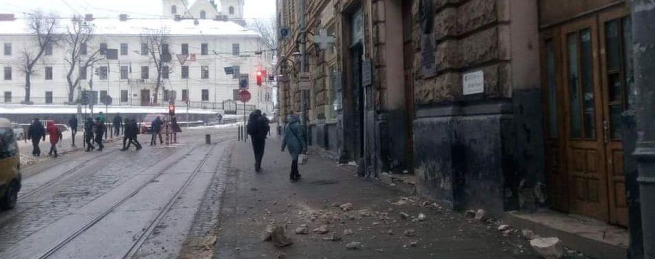 Во Львове среди бела дня обвалился фасад дома