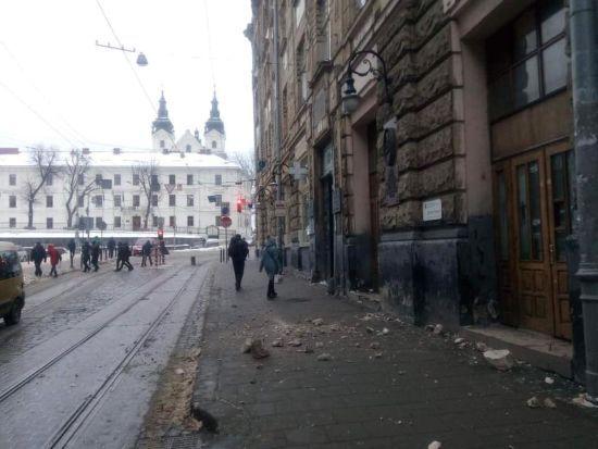 У Львові серед білого дня обвалився фасад будинку