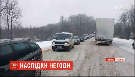 На дорогах Буковини через снігопади утворилися затори