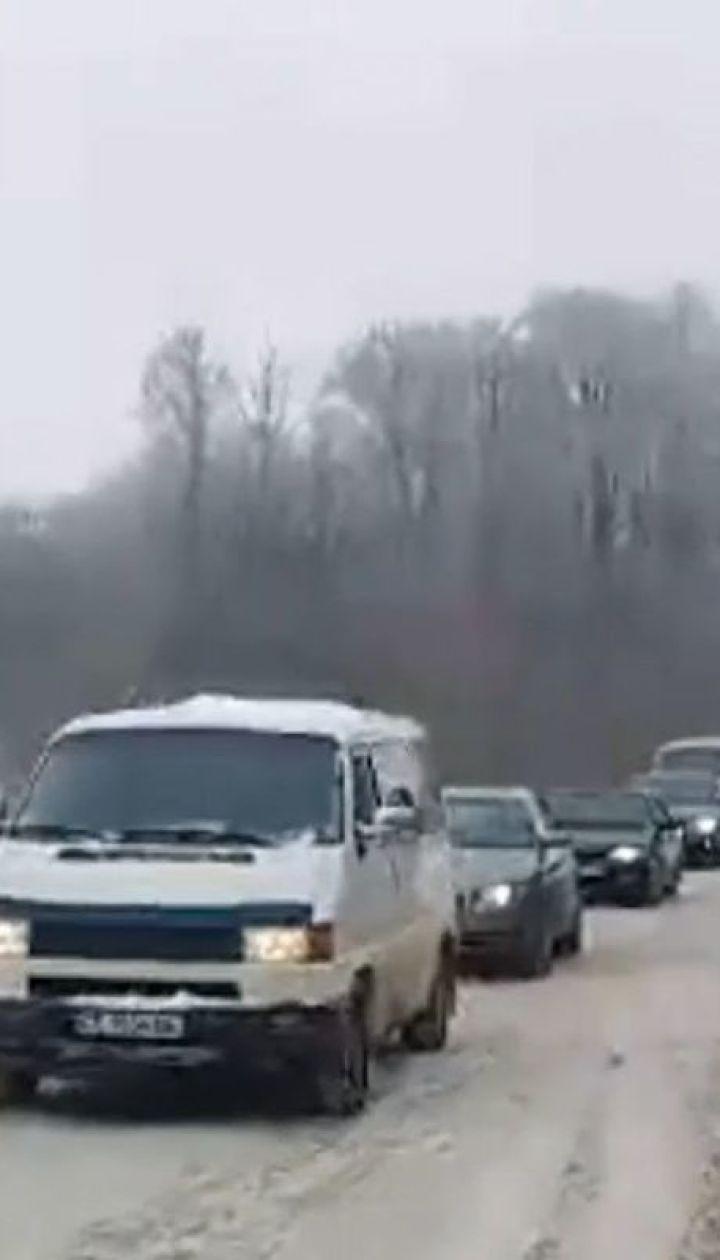 На дорогах Буковины из-за снегопадов образовались пробки