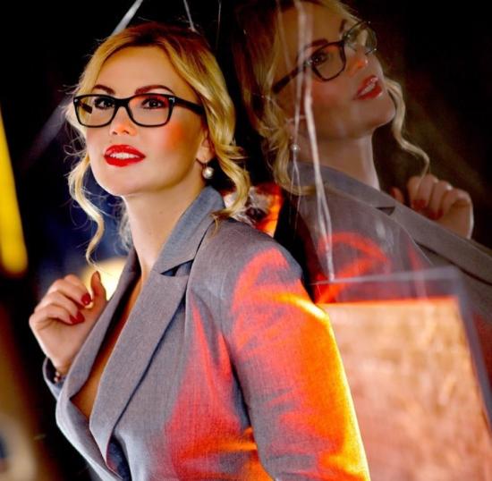 """Сексуальна """"секретарка"""" Камалія стала обличчям польського бренду"""