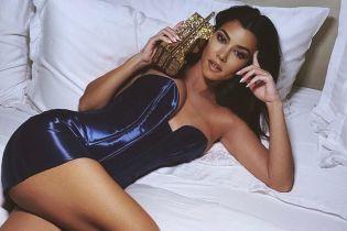 В мини-платье на кровати: Кортни Кардашьян поделилась пикантным снимком