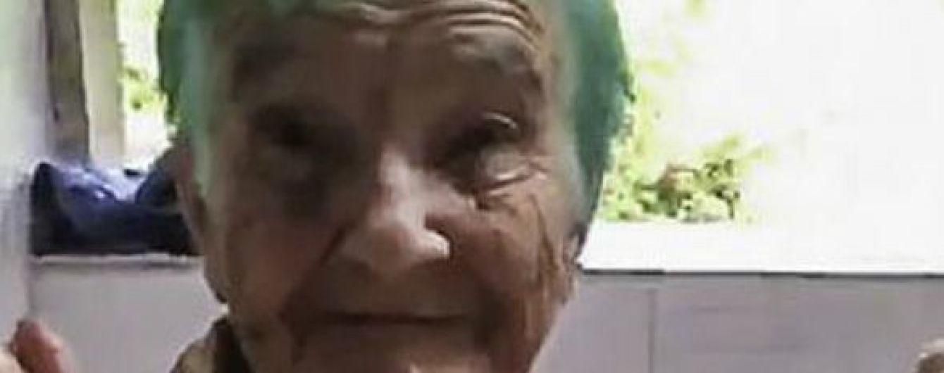 Бирюзовая мечта. Сеть умилило видео с реакцией 80-летней бабушки на новый цвет волос