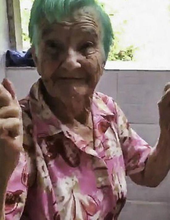 Бірюзова мрія. Мережу замилувало відео з реакцією 80-річної бабусі на новий колір волосся