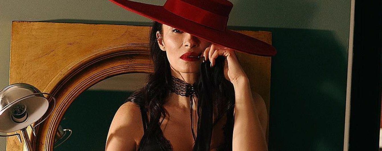 В кружевном топе и шляпе: Надя Мейхер блеснула роскошными формами