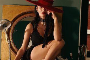 У мереживному топі і капелюсі: Надя Мейхер блиснула розкішними формами