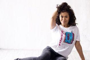 """Певица Гайтана с бантами и """"Букварем"""" показала себя первоклашкой"""