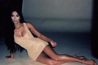 У золотому міні і на шпильках: Кім Кардашян у сексуальному образі спокусливо позувала на камеру