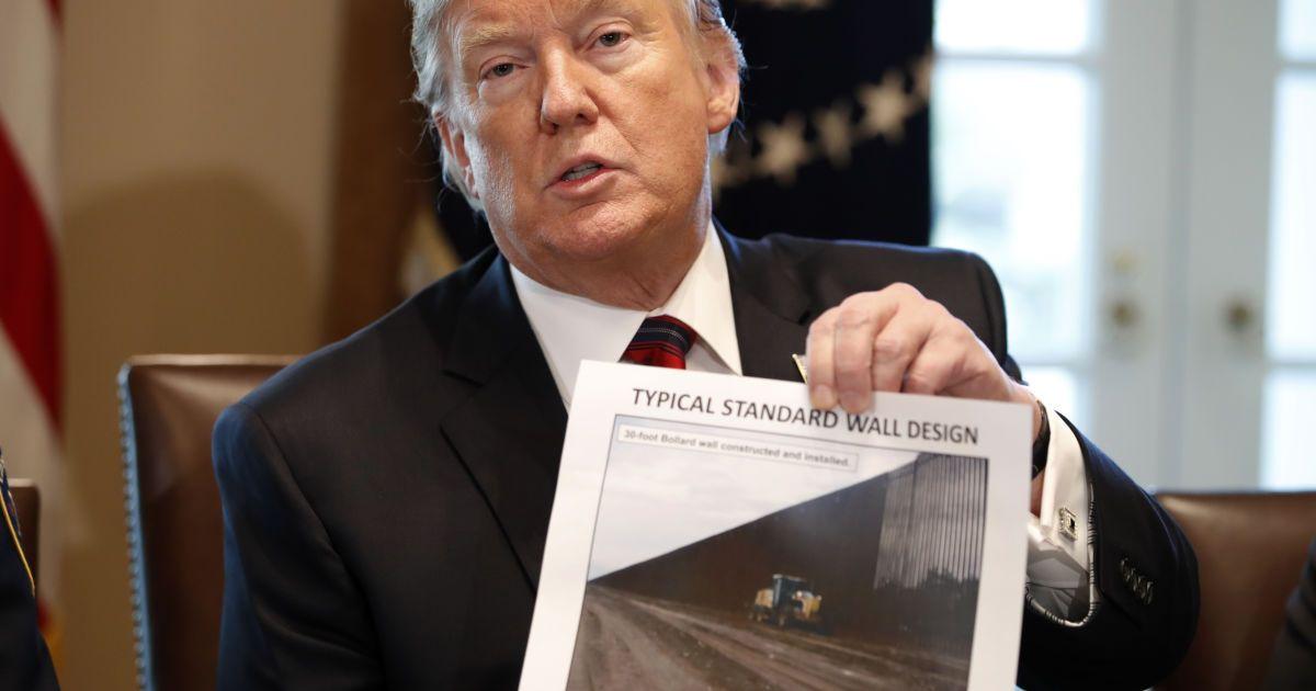Перелезть не удастся: Трамп показал фото стены на границе с Мексикой