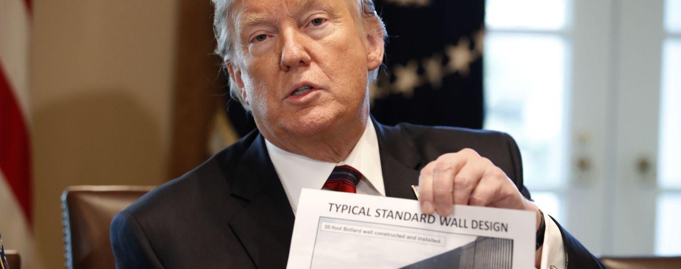 Перелезть не удастся: Трамп показал фото стены награнице сМексикой