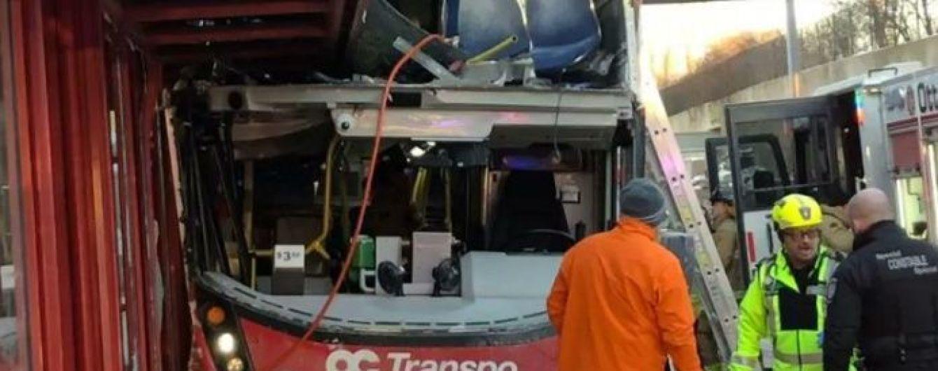 В Канаде автобус врезался в остановку. Есть погибшие