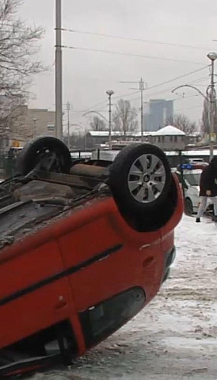 Жуткая ДТП в Киеве: на скользкой дороге автомобиль наехал на срез асфальта и перевернулся