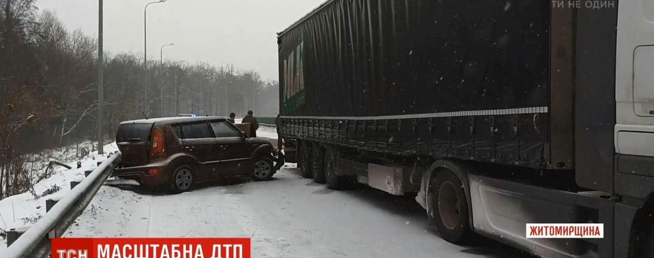 """""""Крутило і всі туди набивалися"""": на трасі Київ-Чоп зіштовхнулися фура і вісім легковиків"""