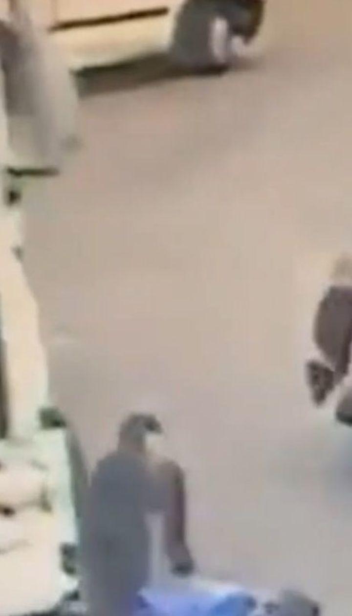 Британська поліція оприлюднила кадри, на яких крадій потрапив під колеса авто